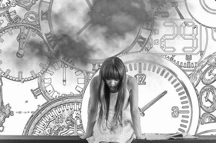 האם צריך להחליף פסיכולוג: אישה מרכינה ראש ומאחוריה איורים של שעונים