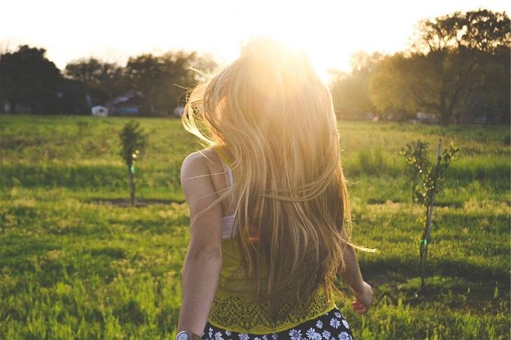 תכשירים ורכיבים טבעיים להבהרת שיער: אישה עם שיער בהיר גולש