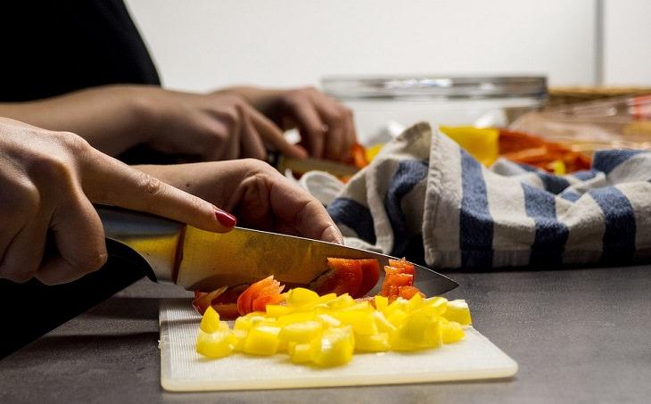 טיפים להשחזת סכינים: סכין חותכת ירקות