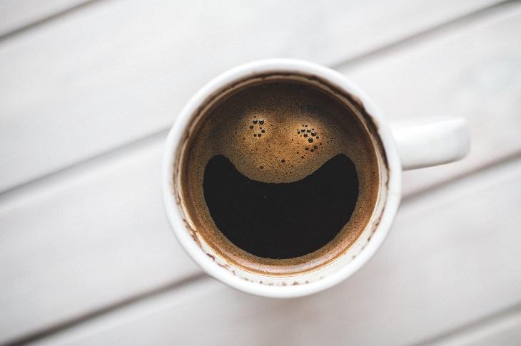 בדיחה: כוס קפה מחייכת