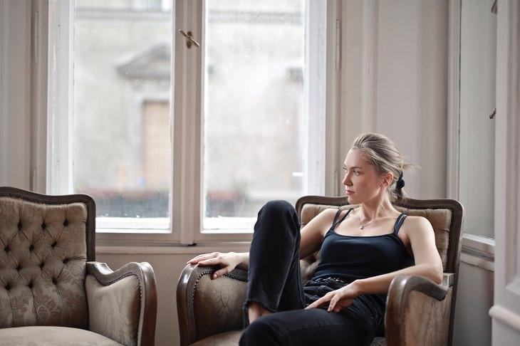 הרגלים מזיקים: בחורה יושבת ומחכה