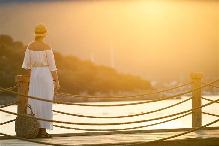 בגדים שמכבידים על הנפש: אישה עומדת על מזח