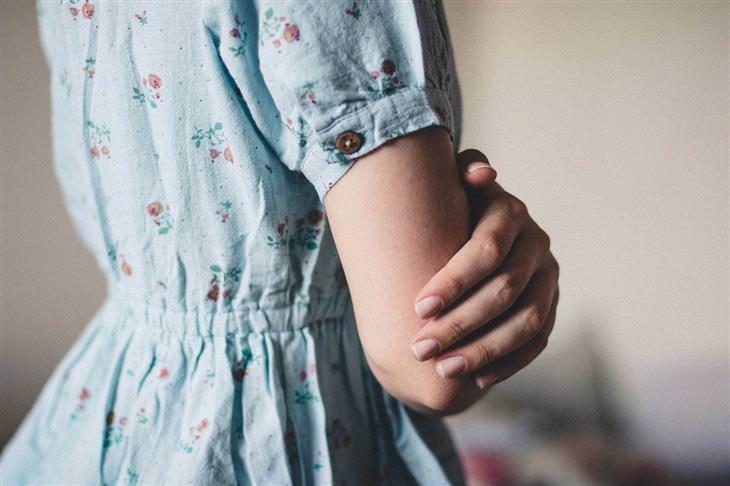 בגדים שמכבידים על הנפש: גב של אישה