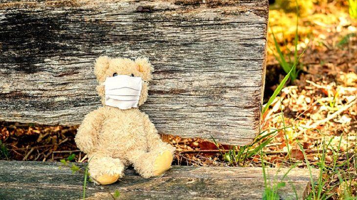 איך לדבר עם ילדים על מסכות: דובי עם מסכת פנים
