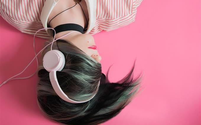 מבחן אישיות: אישה עם שיער על פניה ואוזניות לראשה