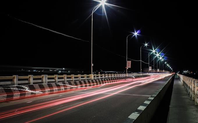 כביש מהיר בשעת לילה