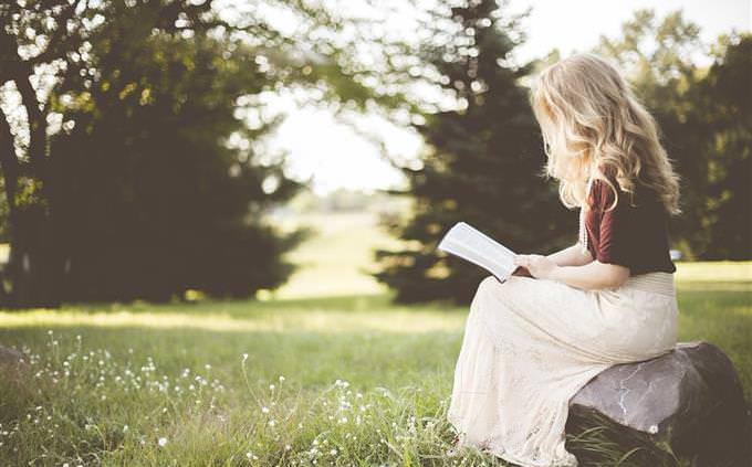 מבחן אישיות: אישה קוראת ספר בטבע