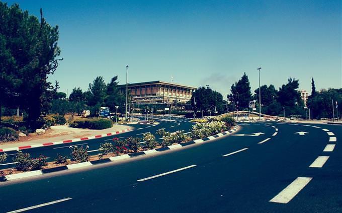 בניין כנסת ישראל מצולם מכביש מרוחק