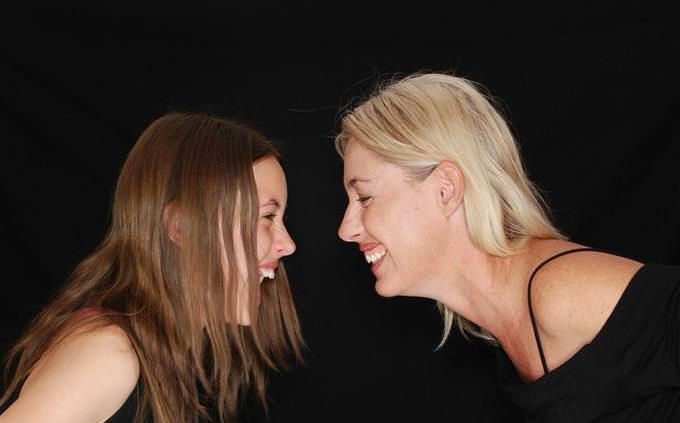 מבחן אישיות: אמא ובת מסתכלות אחת על השנייה ומחייכות