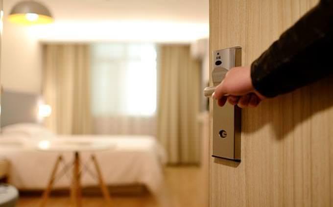 גלה איזה מהאושפיזין אתה: דלת נפתחת