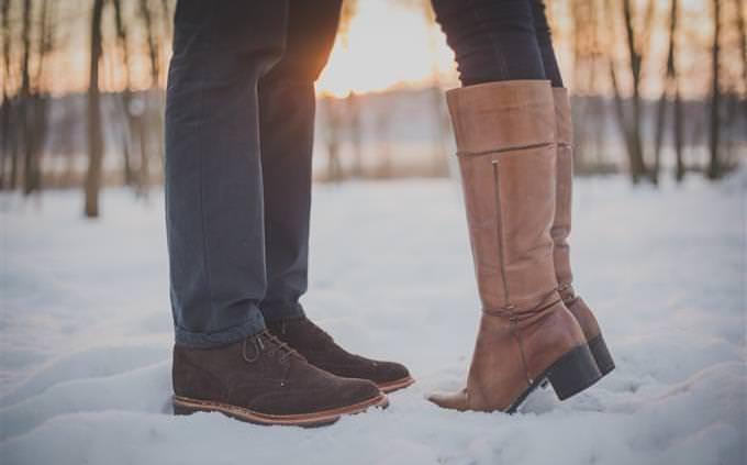 רגליים של זוג שעומדים אחד מול השני