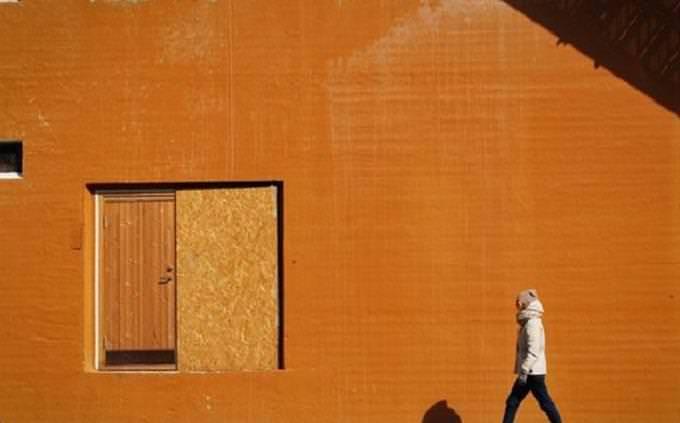 מבחן אישיות: אדם צועד לצד קיר כתום