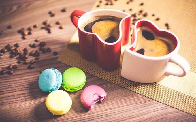 מבחן אישיות: שתי כוסות קפה ועוגיות לידן