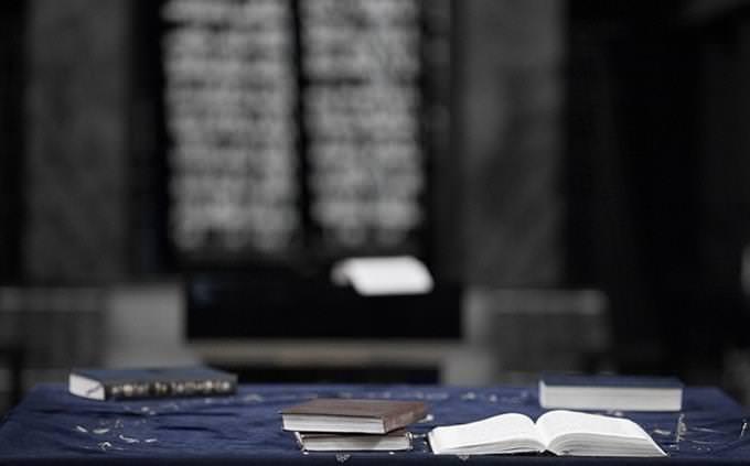 בחן את עצמך - עברית מקראית: ספרי תפילה מונחים על שולחן