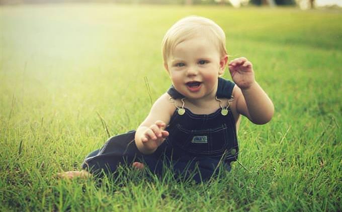 תינוק בשדה
