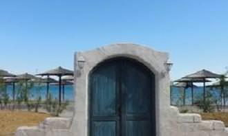 דלת בנויה בחומה סמוך לחוף ים