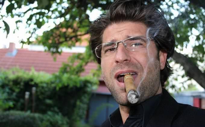 מבחן אישיות: גבר מעשן סיגר עם מבט זחוח