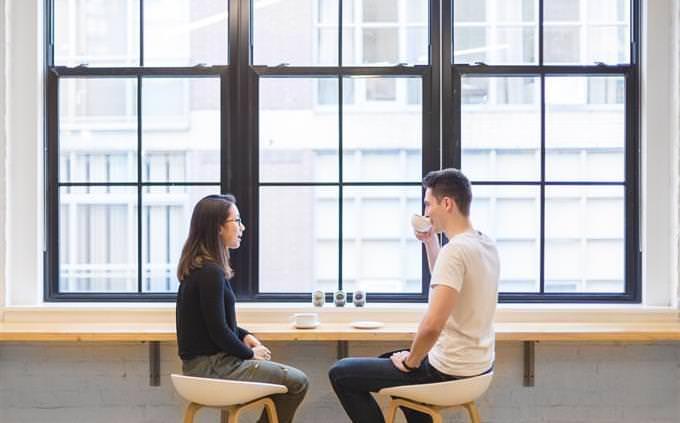 מבחן אישיות: גבר ואישה שותים כוס קפה ומדברים