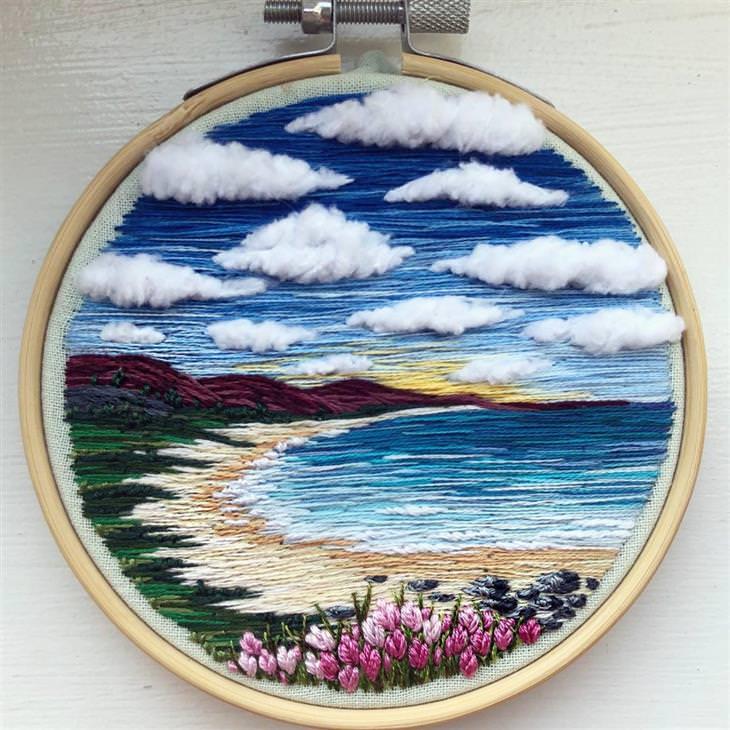 עבודות רקמה של נוף: עבודת רקמה של חוף על רקע הרים