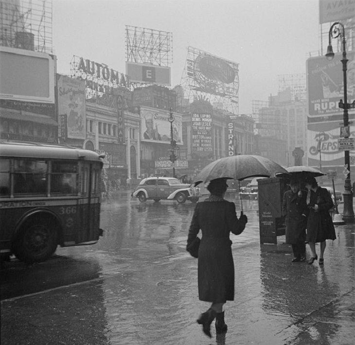תמונות צבועות של ניו יורק: כיכר טיימס ביום גשום, 1943, בשחור לבן ובצבע