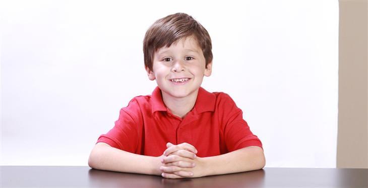 בדיחה: ילד יושב מול שולחן ומחייך