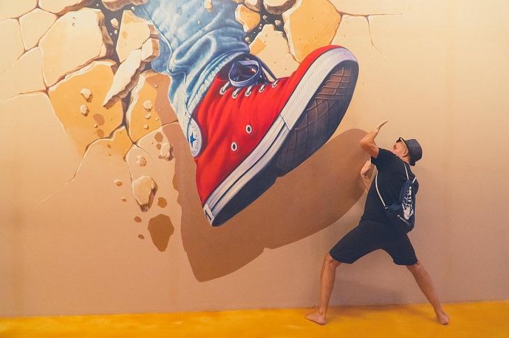 איך לשרוד מצבים מסוכנים: אדם בתנוחת התגוננות מול צילום של נעל היוצאת מן הקיר