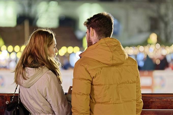 מבחן אישיות ימי ביניים: זוג מדבר ברחוב