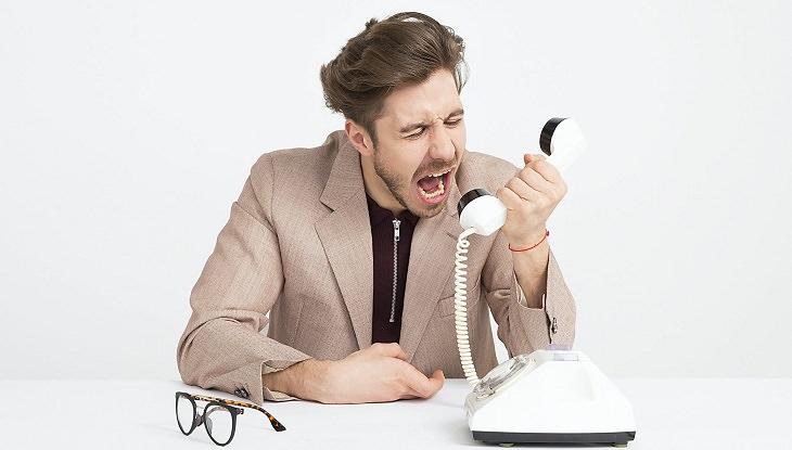 קטע בחרוזים עם מסר מרגש לתקופת הקורונה: גבר צועק על טלפון