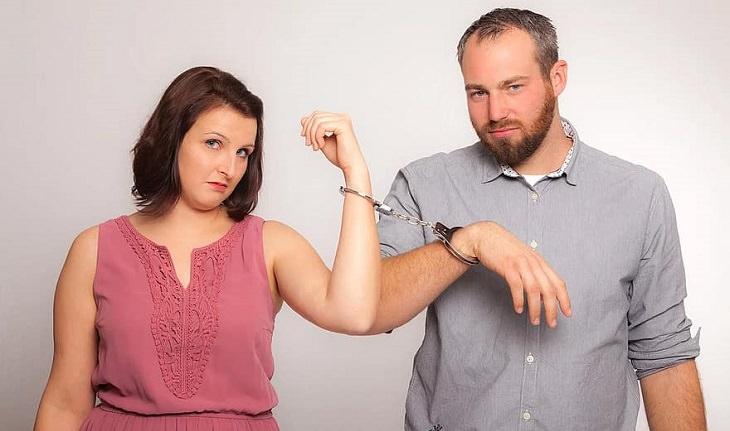 התמודדות עם משבר בזוגיות: זוג מדוכא כבול באזיקים