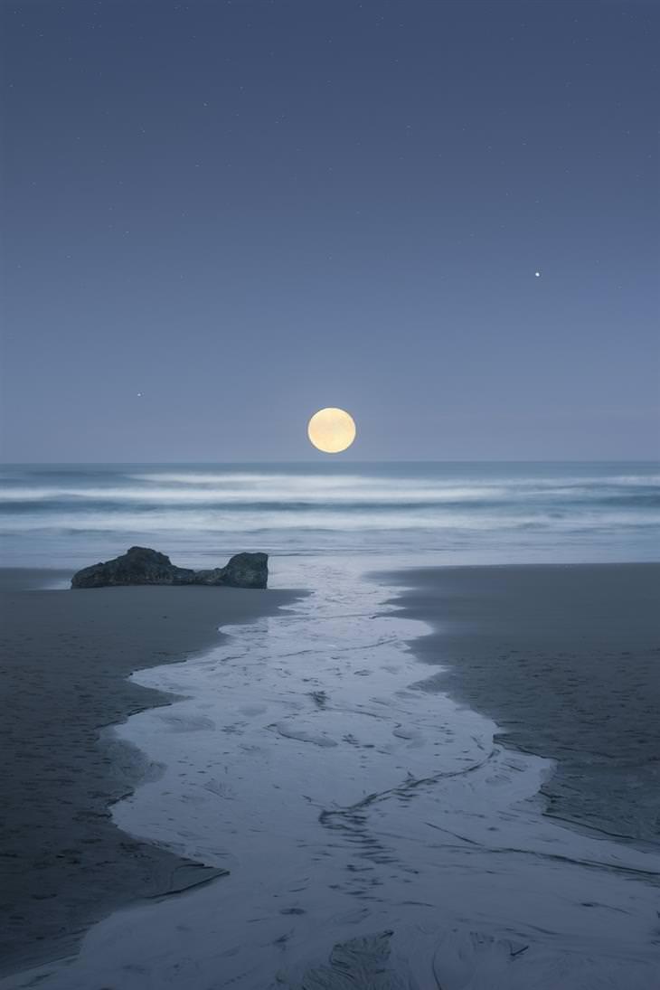 מראות נדירים בטבע: ירח מעל חוף