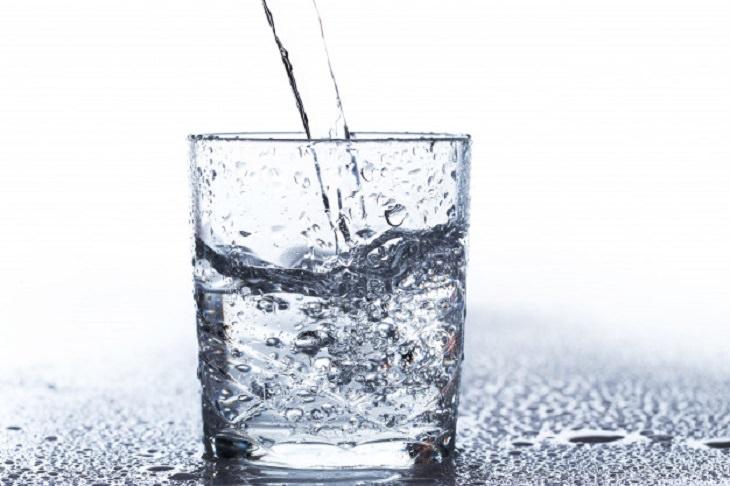 דברים שחשוב לדעת על מתקן מים לבית: כוס מים שמים נשפכים אליה