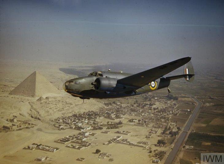 תמונות בצבע של מלחמת העולם השנייה: מטוס קרב בריטי מעל הפירמידות במצרים