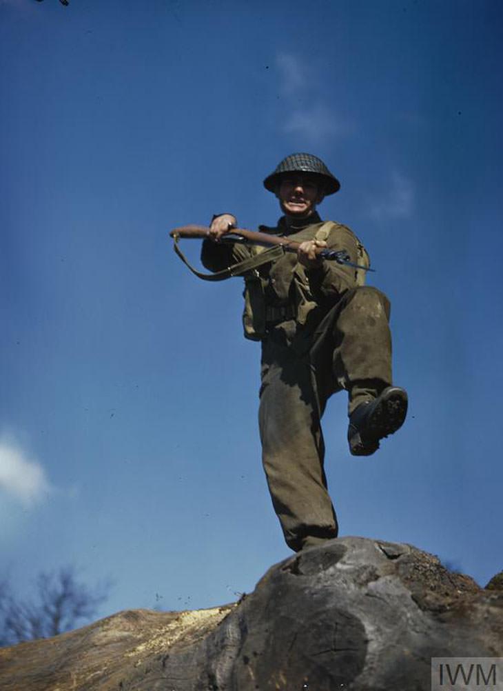תמונות בצבע של מלחמת העולם השנייה: טוראי מתאמן על תרגיל התקפה