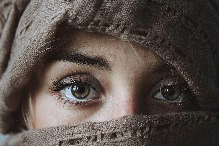 מדריך לצריכת ויטמין B6: עיניים של בחורה