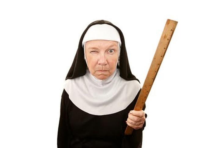 בדיחה על נזירה בפאב: נזירה מאיימת עם סרגל