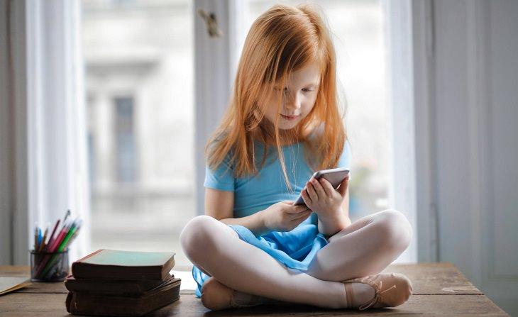 מיתוסים ועובדות שלא הכרתם: ילדה עם סמארטפון