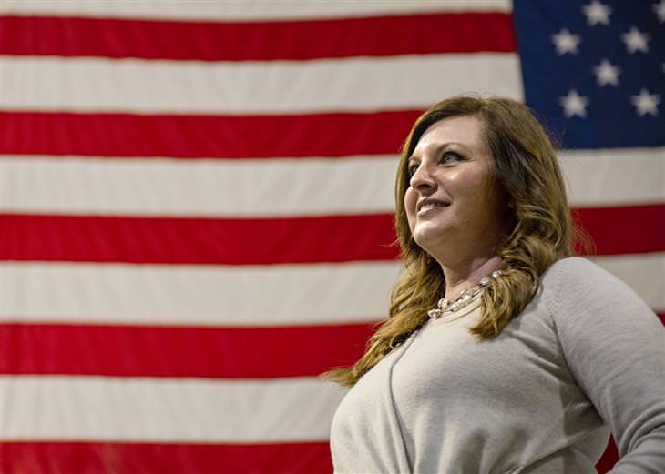 """הבדיחה על היהודיה הראשונה שנבחרת לנשיאות ארה""""ב: אישה על רקע דגל ארה""""ב"""