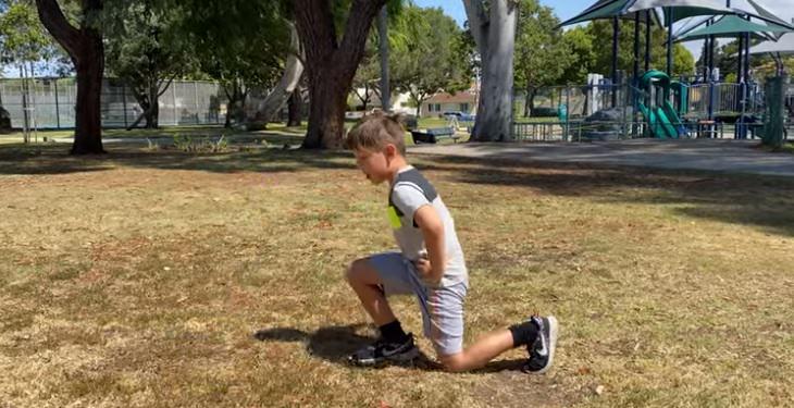 תרגילי כושר להורים וילדים: ילד מבצע לאנג' אחורי