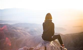 מבחן כוח על רוחני: אישה בודד על הר