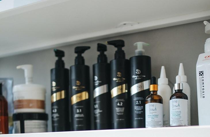 מדריך לטיפוח שיער: תכשירי שיער על מדף