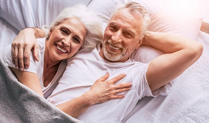 חוקים לחיים בריאים וארוכים: זוג מבוגר מאושר שוכב במיטה