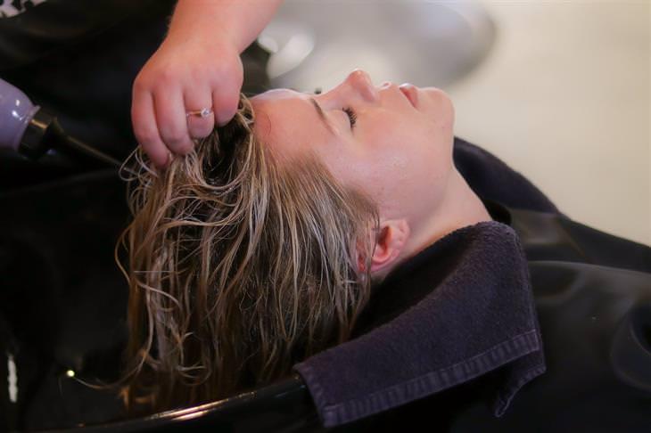 מדריך לטיפוח שיער: בחורה עוברת טיפול שיער