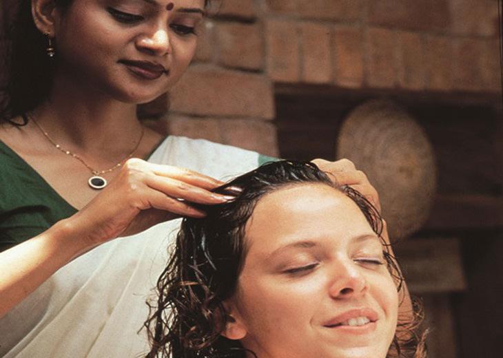 עיסוי ראש הודי: אישה מקבלת עיסוי ראש הודי מאישה הודית