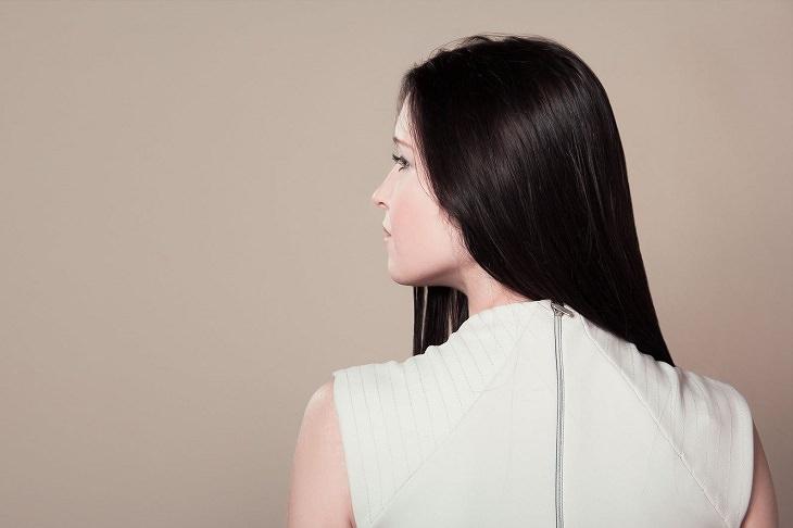 מאכלים שמעודדים יצירת קרטין: בחורה עם שיער ישר מסתכלת הצידה