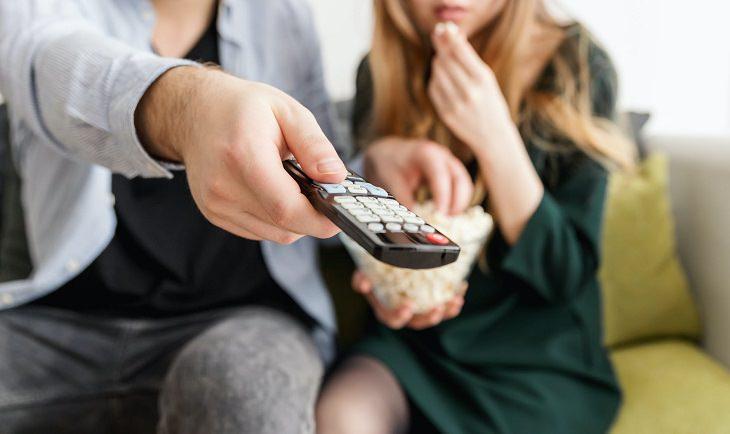 תכנים חינמיים בנטפליקס: זוג רואה טלוויזיה