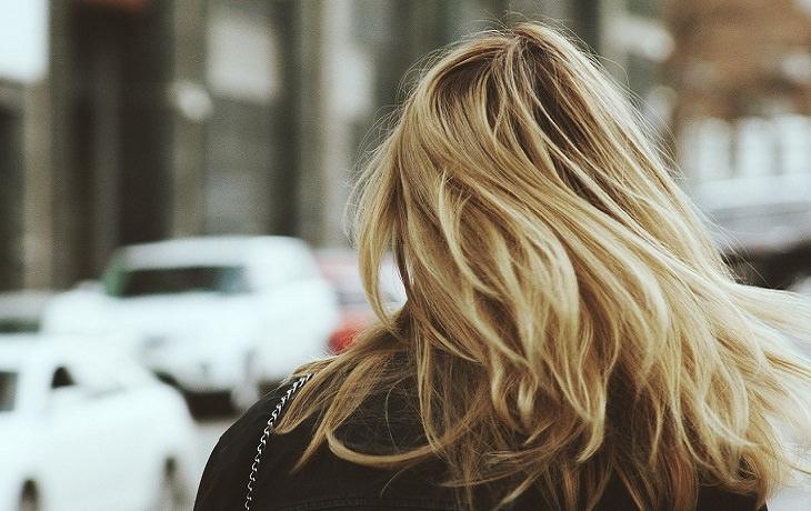 מזונות למניעת שיער אפור: שיער של אישה