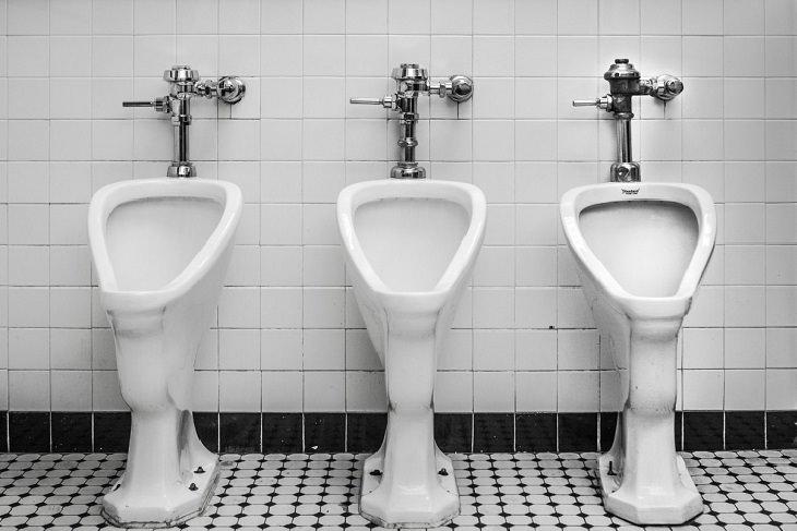 בדיחה על מפגש בשירותים: משתנה