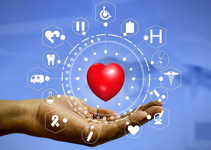 החלטות בריאות לשנה חדשה: איור של יד מחזיקה לב המוקף בסמלי רפואה