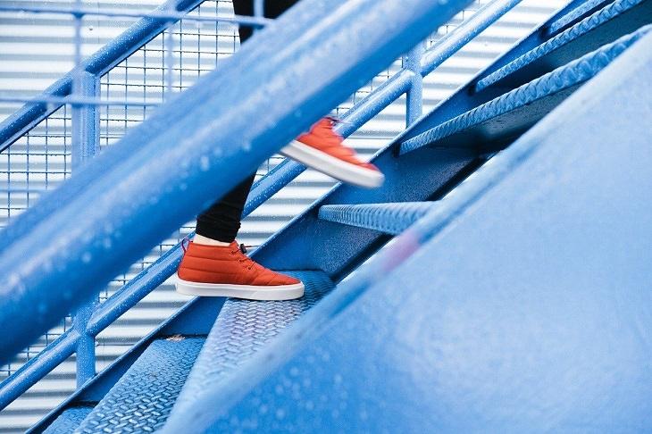 החלטות בריאות לשנה חדשה: נעליים מטפסות במדרגות