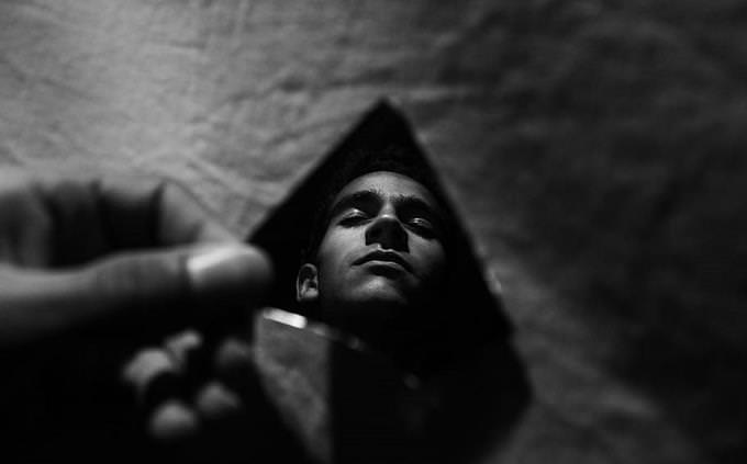 מבחן אישיות - רכבי יוקרה: אדם מביט בעצמו דרך שבר זכוכית
